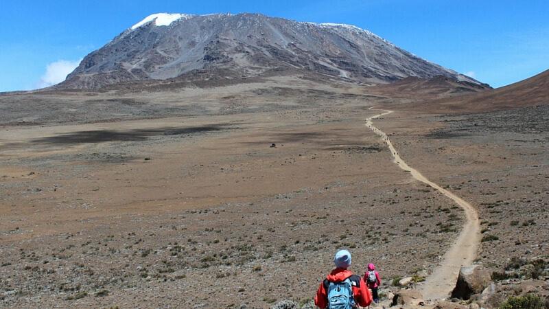 Zwei Wanderer auf Trekking Tour mit Tanzania Specialist zum Gipfel des Kilimandscharo
