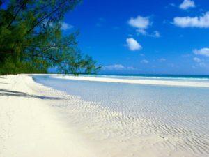 Tropischer, langer Sandstrand auf Pemba Island in Tansania