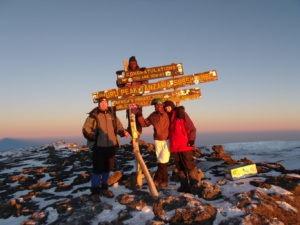 Gruppe von vier Wanderern die mit Tanzania Specialist den Gipfel des Kilimandscharo erklommen haben