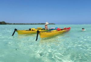Zwei Kajaks im glasklaren Meer bei der Pemba Lodge auf Pemba Island in Tansania