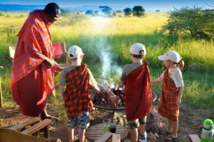 Kinder beim BBQ im Busch auf Safari in Tansania